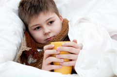 Zieke jongen die in bed ligt Royalty-vrije Stock Fotografie