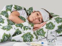Zieke jongen die in bed ligt Stock Afbeeldingen