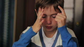 Zieke jongen die zijn neus blazen in een servet terwijl stock videobeelden