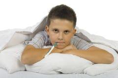 Zieke jongen met thermometer Stock Fotografie