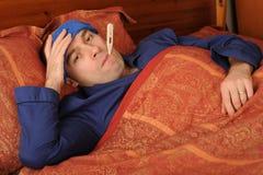 Zieke mens in bed Royalty-vrije Stock Afbeelding