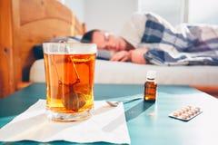 Zieke mens in bed stock afbeeldingen