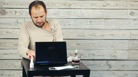 Zieke mens die bij de computer werken stock footage