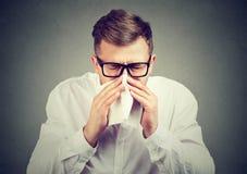 Zieke mens die griep het niezen hebben royalty-vrije stock foto