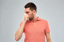 Zieke mens met document servet blazende neus stock afbeeldingen