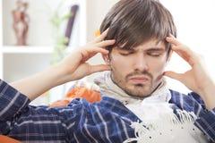 Zieke mens met hoofdpijn Stock Afbeeldingen