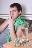 Zieke mens met tablettenANS glas water Royalty-vrije Stock Afbeeldingen