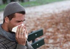 Zieke mensen blwoing neus Stock Fotografie