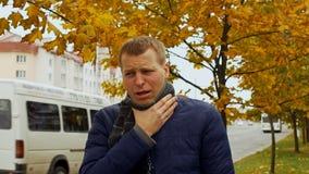 Zieke of zieke mensenhoest hard in stad of openlucht in de herfst of daling, het virus van de Griepgriep stock video