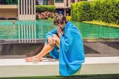 Zieke mensenreiziger De man ving een koude op vakantie, zit droevige a stock foto