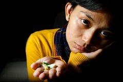 Zieke patiënt met diverse pillen op handen Royalty-vrije Stock Afbeeldingen