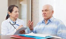 Zieke rijpe mens die aan arts over symptomen klagen Royalty-vrije Stock Foto