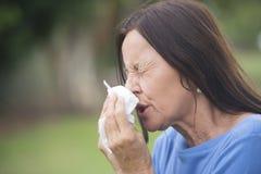 Zieke rijpe vrouw die aan griep lijden of hayfever Royalty-vrije Stock Fotografie
