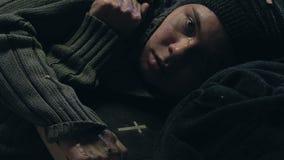 Zieke slechte vrouw die Bijbel koesteren, die geloof zoeken om in armoede, wanhoop te overleven stock videobeelden