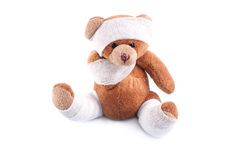 Zieke teddybeer die in verbanden wordt verpakt Stock Foto