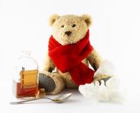 Zieke teddybeer met uitstekende geneeskundefles op witte achtergrond royalty-vrije stock foto