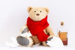 Zieke teddybeer met uitstekende geneeskundefles op witte achtergrond royalty-vrije stock fotografie