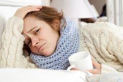 Zieke vrouw in bed Royalty-vrije Stock Foto's