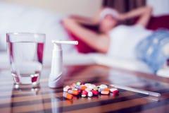 Zieke vrouw die in bed met hoge koorts liggen Koude griep en migraine royalty-vrije stock foto's