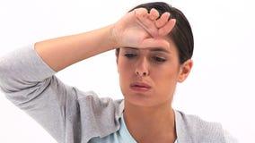 Zieke vrouw die haar hand plaatsen op haar voorhoofd stock video