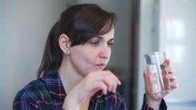 Zieke Vrouw die Pil thuis nemen stock footage