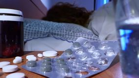 Zieke vrouw en drugs stock videobeelden