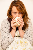 Zieke vrouw met feaver het drinken kop van warme thee onder deken Stock Afbeeldingen