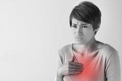 Zieke vrouw met hartaanval, borstpijn, gezondheidsprobleem Stock Foto