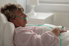 Zieke vrouw met neuscannula Stock Fotografie