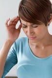 Zieke vrouw met pijn, hoofdpijn, migraine, spanning, slapeloosheid Stock Foto's