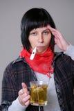Zieke vrouw met thermometer Stock Afbeeldingen