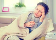 Zieke Vrouw met Thermometer griep Royalty-vrije Stock Foto's