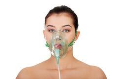 Zieke vrouwelijke patiënt die een zuurstofmasker draagt Stock Foto