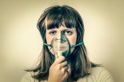 Zieke vrouwelijke patiënt met zuurstofmasker - retro stijl stock afbeeldingen