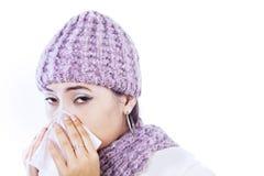 Zieke vrouwen blazende neus die in wit wordt geïsoleerdn Stock Foto's