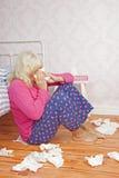 Zieke vrouwenzitting naast bed Stock Foto