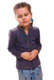 Zieken weinig kindmeisje in pijnmaag, buikpijn en klemmen D stock afbeeldingen