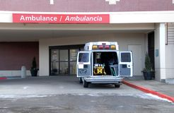 Ziekenwagen bij het ziekenhuis 4 stock foto