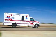 Ziekenwagen die aan een vraag antwoordt Stock Fotografie