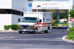 Ziekenwagen die het ziekenhuis na noodsituatie verlaat Stock Foto's