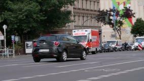 Ziekenwagen die (Notarzt) langs met opvlammende blauwe lichten op Blaulicht in Berlijn drijven stock footage