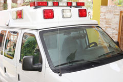 Ziekenwagen in een huis wordt geparkeerd dat stock afbeelding