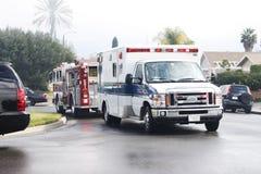 Ziekenwagen en brandmotor (vrachtwagen) stock afbeeldingen