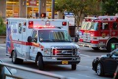 Ziekenwagen en brandvrachtwagens bij de ongevallenscène stock foto's