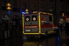 Ziekenwagen tijdens medische noodsituatie wordt geparkeerd die stock foto