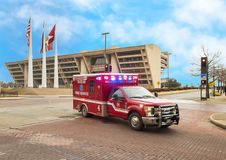 Ziekenwagen voor Dallas City Hall met Amerikaan, Texas, en Stad van Dallas Flags stock foto