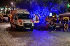 Ziekenwagenauto bij nachtstraat van Santa Cruz de Tenerife, Spanje Stock Foto's