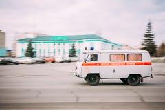 Ziekenwagenauto die snel onderaan de straat gaan Royalty-vrije Stock Fotografie