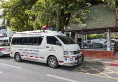 Ziekenwagenauto in het Thaise parlement omhoog wordt geparkeerd dat Royalty-vrije Stock Fotografie