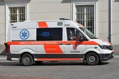 Ziekenwagenauto op straat van Vilnius stock afbeeldingen